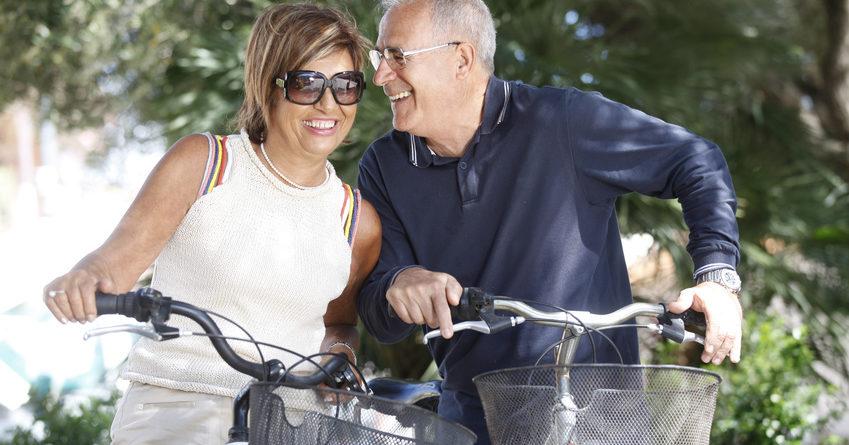 Coppia di anziani in giro in bicicletta